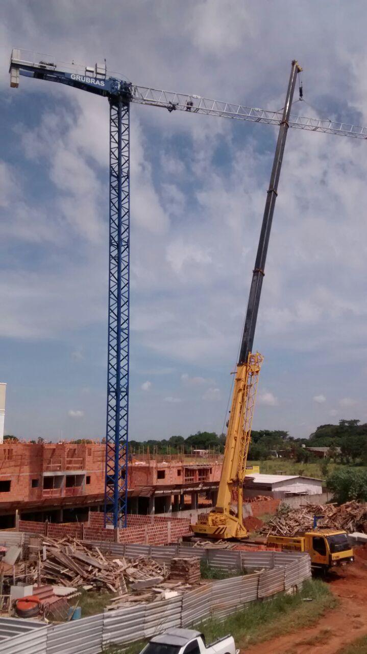 70 Tons. com 58 metros de lança